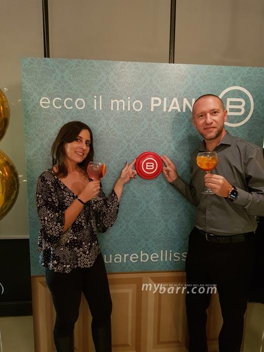 Valentino e Chiara di mybarr mentre bevono un cocktail alla terrazza Martini durante l'evento di presentazione di Bellissima My pro con Belen